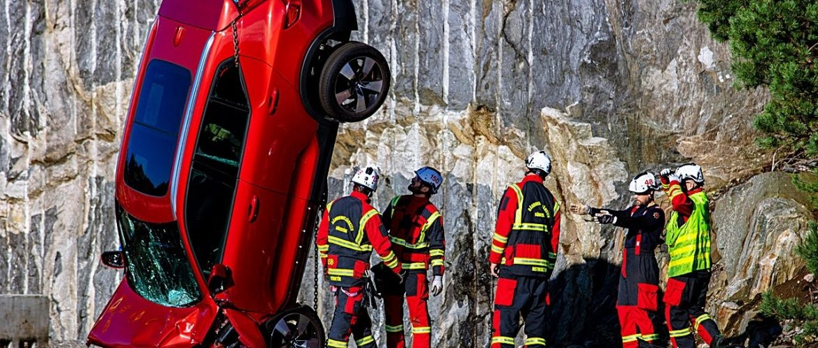 Volvo искрши 10 нови автомобили фрлајќи ги од 30 метри (видео)