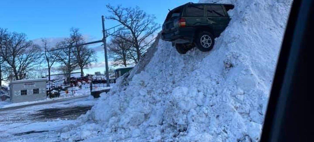 Како ли овој Jeep заврши во купот снег?